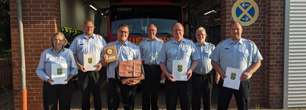 Sascha Enghausen mit dem Feuerwehrehrenzeichen am Bande ausgezeichnet
